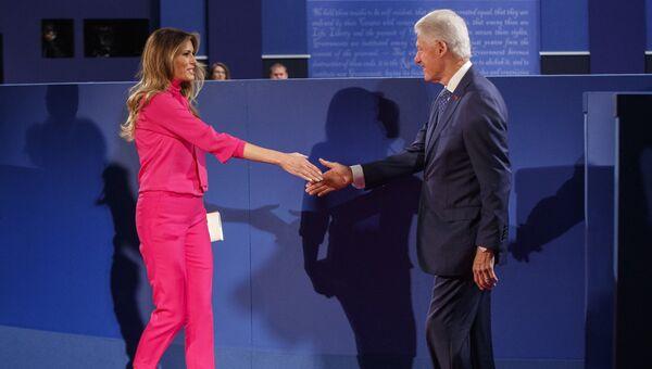 Мелания Трамп и экс-президент США Билл Клинтон перед началом вторых президентских дебатов между Дональдом Трампом и Хиллари Клинтон
