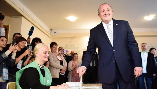 Президент Грузии Георгий Маргвелашвили голосует на Парламентский выборах на одном из избирательных участков в Тбилиси