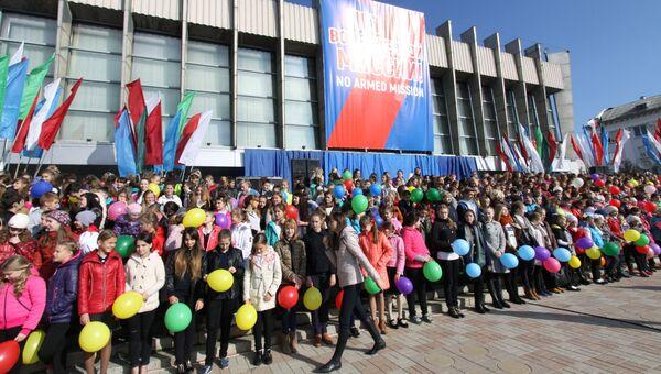 Школьники на митинге в Луганске против иностранной вооруженной миссии на Донбассе
