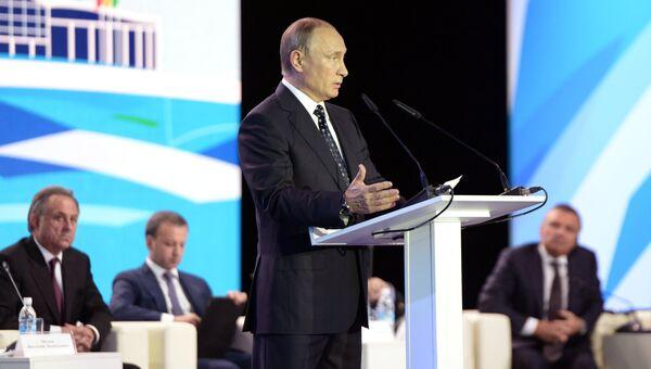 Владимир Путин во время выступления на пленарном заседании VI Международного спортивного форума Россия - спортивная держава в Коврове. 11 октября 2016