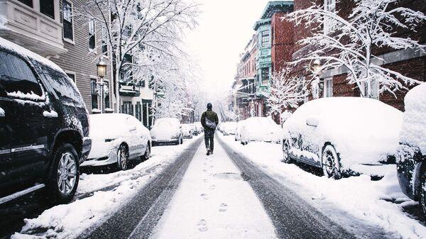 Мужчина на заснеженной улице. Архивное фото