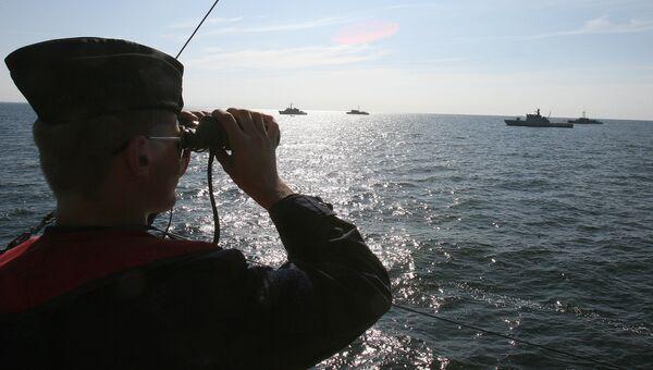 Моряк на палубе литовского тральщика в Балтийском море. Архивное фото