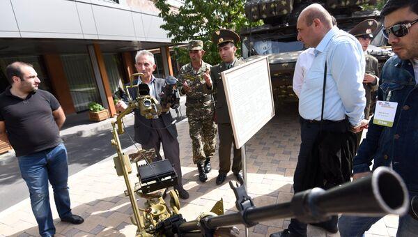 Посетители осматривают крупнокалиберный пулемет НСВ-12,7 Утес на международной выставке вооружения ArmHiTec в Ереване