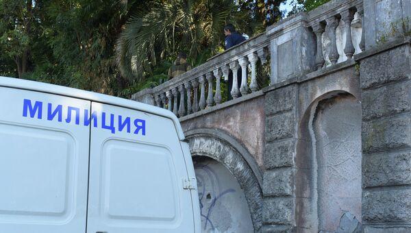 Сотрудники правоохранительных органов рядом со зданием абхазской государственной телередиокомпании (АГТРК) в Сухуме, где произошел взрыв. Октябрь 2016