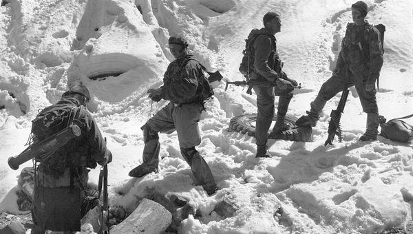 Бойцы-разведчики Группировки Федеральных сил на Северном Кавказе в горах