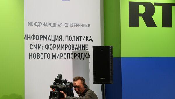 Оператор на съемке конференции RT Информация, политика, СМИ: формирование нового миропорядка