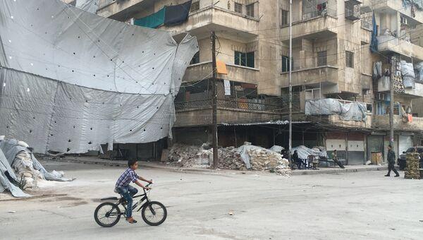 Ребенок у КПП Бустан аль-Каср, на месте, где начинается коридор для боевиков, принявших решение сложить оружие и покинуть восточный Алеппо.