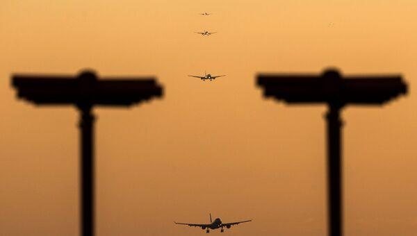 Пассажирские самолеты, заходящие на посадку. Архивное фото