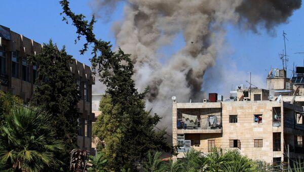 Дым в районе гуманитарного коридора, подготовленного для вывода мирных жителей и боевиков в Алеппо. Архивное фото