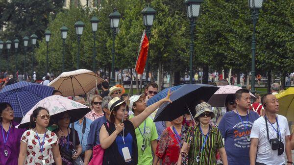 Туристы в Александровском саду в Москве