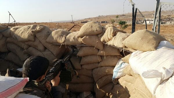 Боец сирийской армии на высоте, где расположена воинская часть ПВО на юге Алеппо