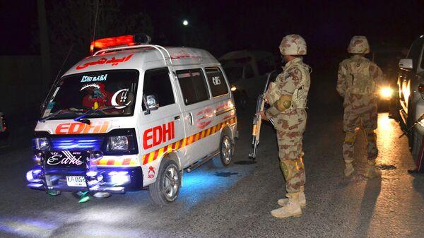 Машина скорой помощи и военные в Пакистане