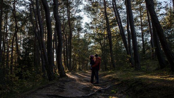 Молодые люди гуляют в национальном парке Куршская коса