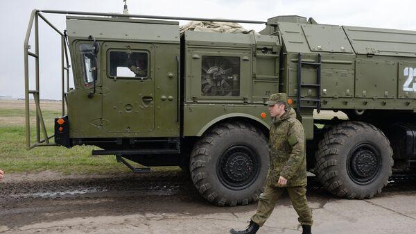 Военнослужащий у оперативного-тактического комплекса Искандер. Архивное фото