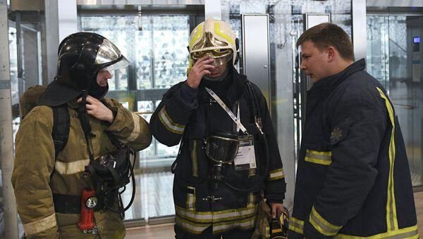 Сотрудники противопожарной службы в здании Сколково. 26 октября 2016