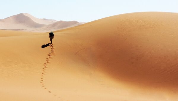 Человек в пустыне. Архивное фото