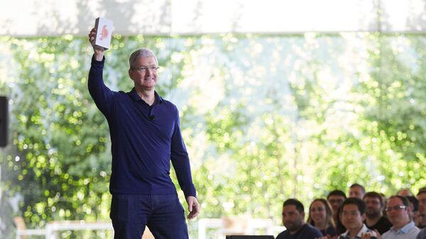 Глава Apple Тим Кук на встрече с сотрудниками демонстрирует миллиардный iPhone