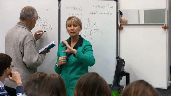 Сурдопереводчик во время занятий в группе для слабослышающих студентов в МГТУ имени Баумана