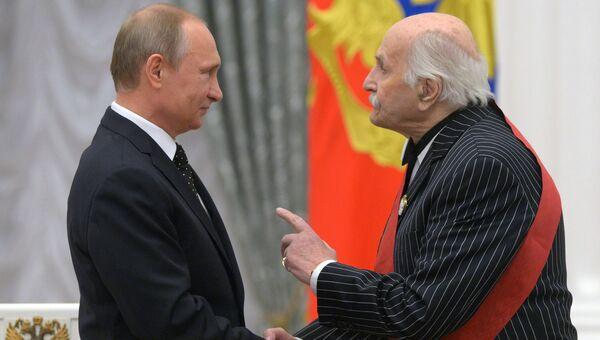 Президент России Владимир Путин и народный артист СССР Владимир Зельдин во время церемонии вручения государственных наград в Кремле