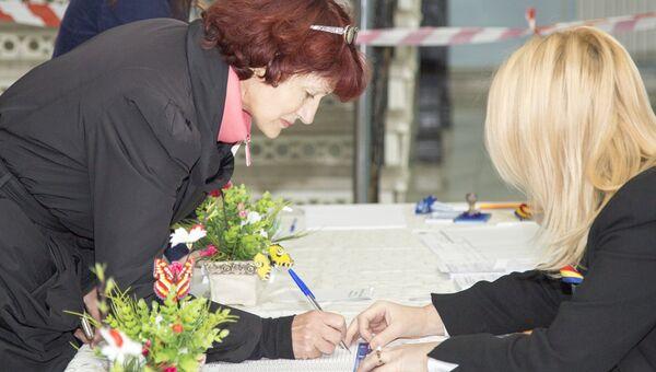 Жительница Кишинева во время голосования на выборах президента Молдавии на избирательном участке № 121