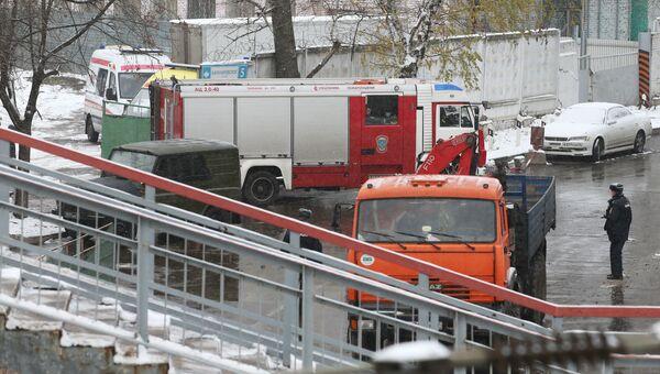 Автомобили МЧС и скорой помощи у въезда на территорию станции Чухлинка в Москве. 31 октября 2016