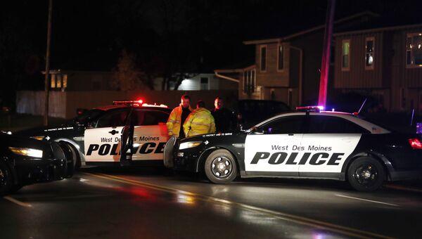 Сотрудники правоохранительных органов на месте нападения на полицейского в штате Айова, США. 2 ноября 2016. Архивное фото