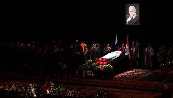 Церемония прощания с народным артистом СССР Владимиром Зельдиным, которая проходит на главной сцене театра Российской армии в Москве