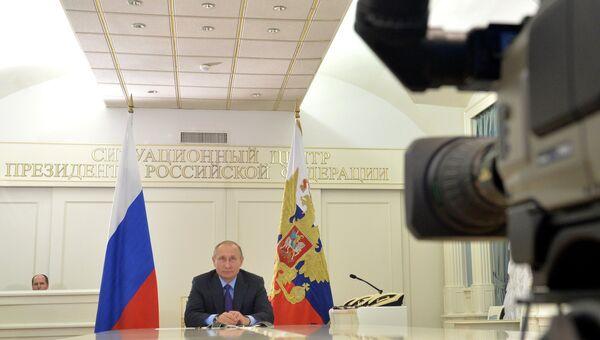 Президент РФ Владимир Путин во время общения с экспедицией Клуба лидеров в Антарктиде в режиме телемоста. 3 ноября 2016