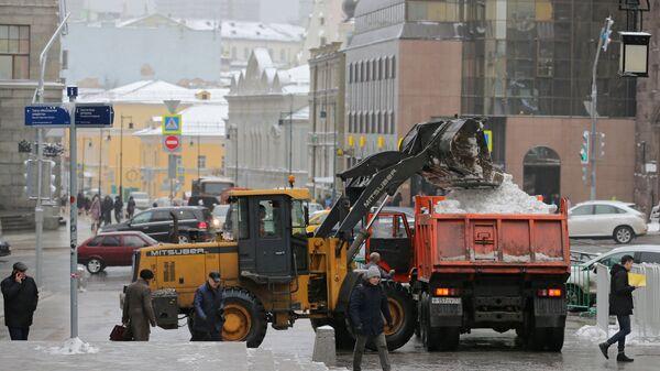 Спецтехника коммунальных служб убирает снег на улицах Москвы