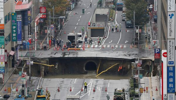 Гигантский провал образовался на пятиполосном городском бульваре, в городе Фукуоке, Япония