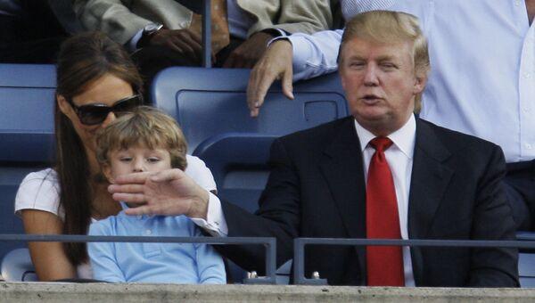 Дональд Трамп с сыном Барроном и супругой Меланьей на теннисном турнире US Open в Нью-Йорке, 8 сентября 2008