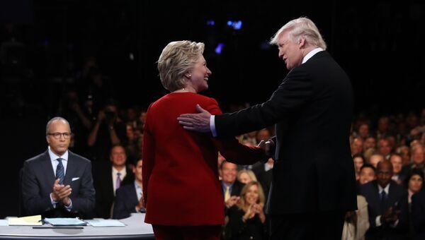 Кандидаты в президенты США Хиллари Клинтон и Дональд Трамп во время дебатов. 26 сентября 2016 года. Архивное фото