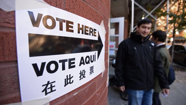 Указатель на вход в избирательный участок в Нью-Йорке во время выборов президента США