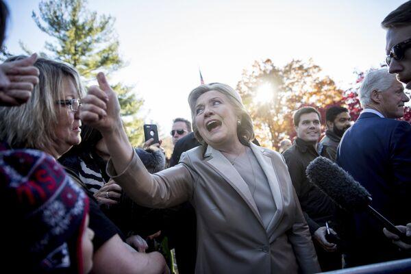 Кандидат в президенты США Хиллари Клинтон после голосования на избирательном участке в Нью-Йорке