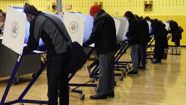 Избиратели голосуют на выборах президента США в Нью-Йорке