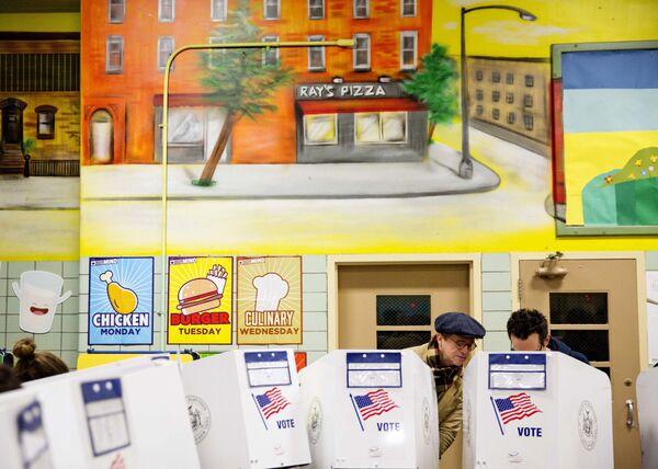 Избирательный участок в кафетерии школы. Нью-Йорк, США