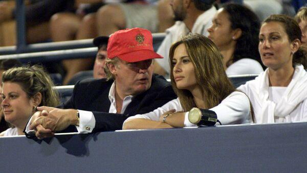 Дональд Трамп и Меланья Кнавс смотрят теннис 4 сентября 1999 года в Нью-Йорке