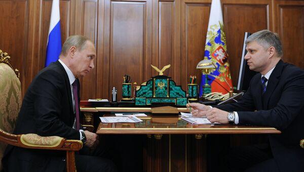 Президент РФ Владимир Путин и президент ОАО РЖД Олег Белозеров. Архивное фото