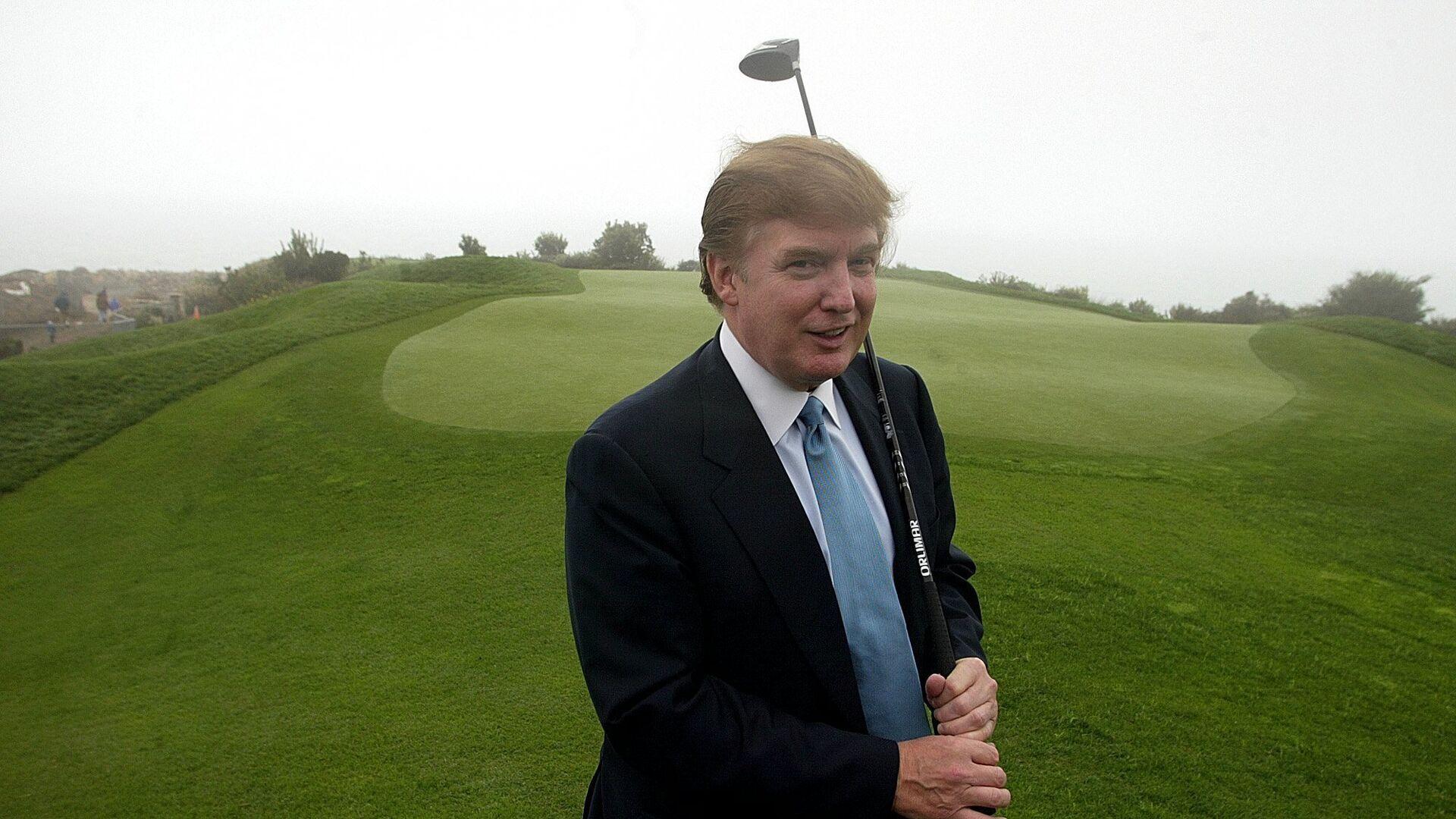 Дональд Трамп с клюшкой для игры в гольф - РИА Новости, 1920, 12.07.2020