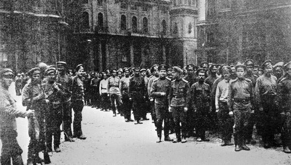 Солдаты первого пулеметного батальона, перешедшие на сторону большевиков. Октябрьская революция. Петроград. 1917 год