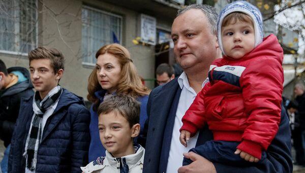 Игорь Додон с семьей на втором туре выборов президента Молдавии