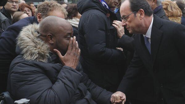 Годовщина терактов во Франции. Президент Франции Франсуа Олланд во время посещения стадиона Stade de France в Сен-Дени