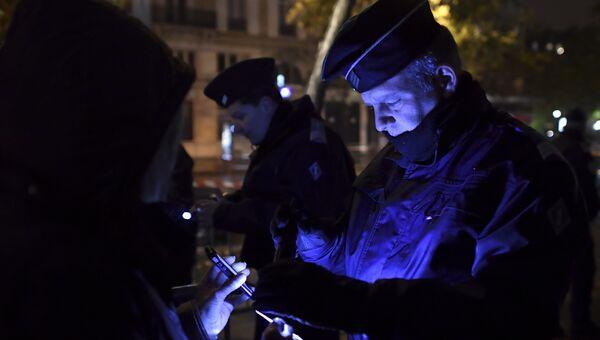 Сотрудники полиции перед началом концерта Стинга в Bataclan