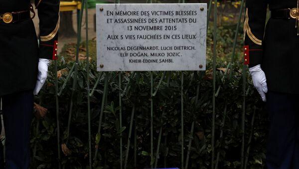 Мемориальная табличка, открытая возле кафе La Bonne Biere в Париже