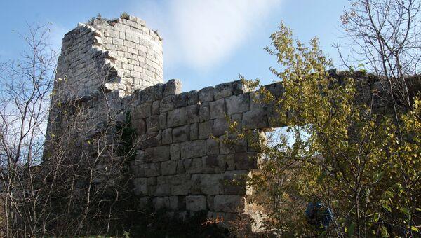Руины крепости на скалистом мысе Кале-Бурун (Бурун-Кая) массива Курушлю в Бахчисарайском районе Крыма. Архивное фото