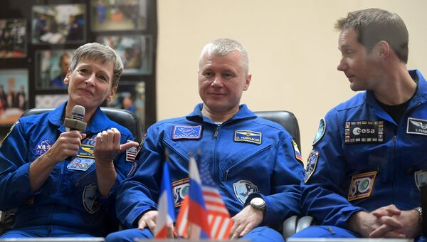 Астронавт NASA Пегги Уитсон, космонавт Роскосмоса Олег Новицкий и астронавт ESA Тома Песке. Архивное фото