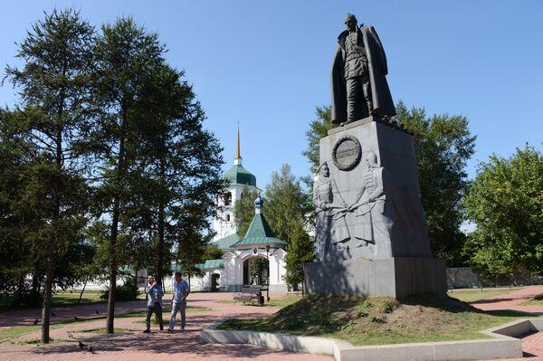 Памятник Александру Колчаку, установленный на месте расстрела адмирала возле Знаменского православного женского монастыря на берегу реки Ангары в Иркутске
