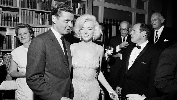 Американская актриса Мерлин Монро в платье, в котором она спела песню Happy Birthday на праздновании президента США Джона Кеннеди