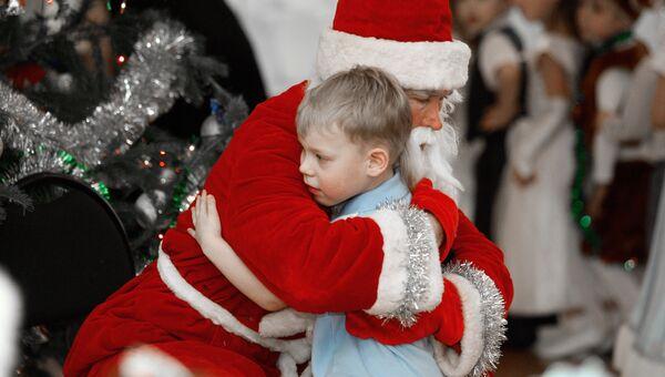 Дед Мороз поздравляет детей на новогоднем утреннике. Архивное фото