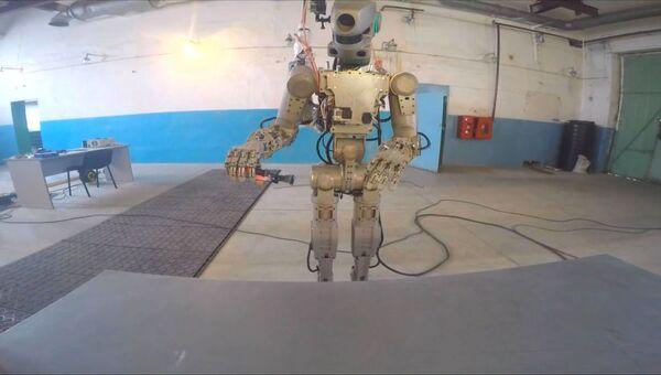 Робот Федор показал, как действует пилой, огнетушителем и паяльником